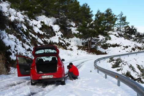 Sneeuwkettingen-omdoen