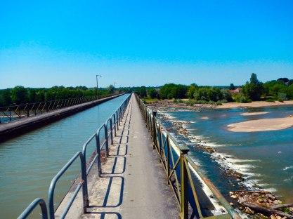 Heel bijzonder om langs een kanaal te fietsen over een rivier