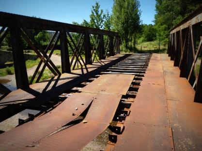 de spoorbrug is angstig slecht