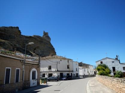 Een erg oude autoweg door een dorpje